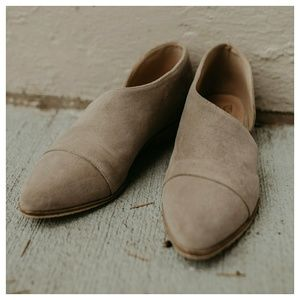 Shoes - Last. Sz. 5.5 - taupe faux suede side open flat